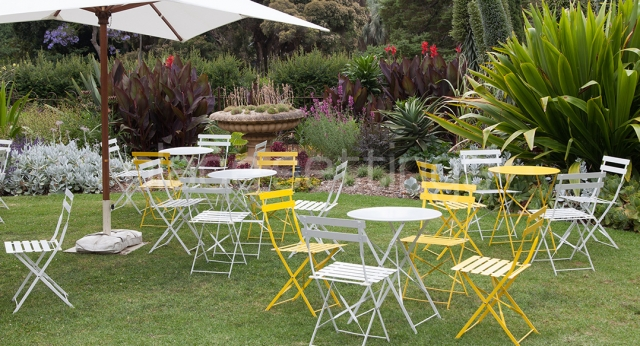 Features: Garden Furniture & Market Umbrella